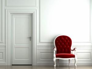 Postal: Silla roja en la pared blanca