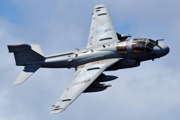 Avión de combate en el aire
