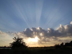 El sol y nubes en el cielo