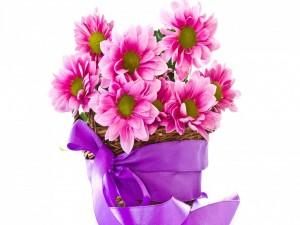 Cesta con flores rosas