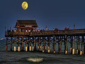 Noche de luna llena en el muelle