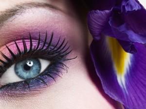 Postal: Mujer con ojo azul y una flor