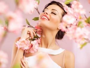 Postal: Hermosa mujer entre las flores