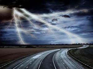 Relámpagos en la carretera
