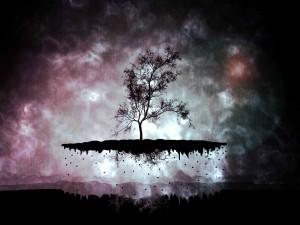 Árbol elevándose de la tierra