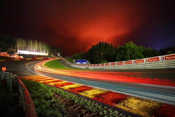 Luces en la pista de carreras