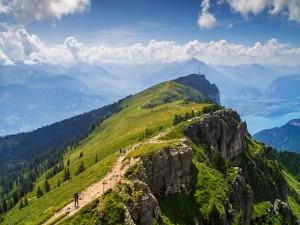 Postal: Ruta de senderismo por la montaña