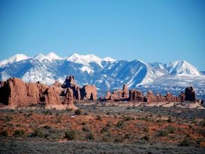Postal: Formaciones rocosas y montañas nevadas
