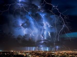 Postal: Tormenta eléctrica sobre la ciudad