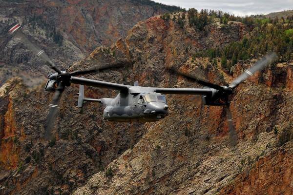 Helicóptero entre las rocas
