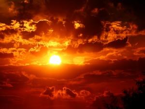 El sol acomodado entre las nubes