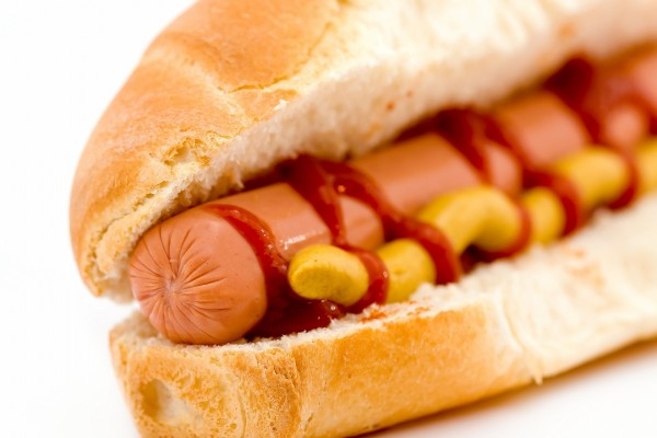 Un perrito caliente con mostaza y kétchup
