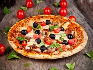Pizza con tomates, aceitunas y albahaca