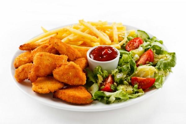 Pollo frito, patatas y ensalada