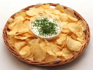 Patatas con salsa en una cesta