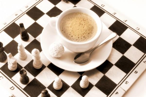 Café sobre el tablero de ajedrez