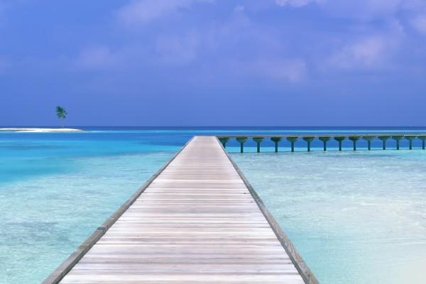 Plataforma de madera en el mar