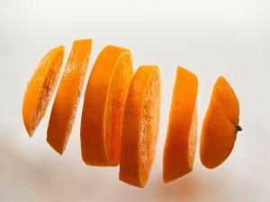 Una naranja en rodajas
