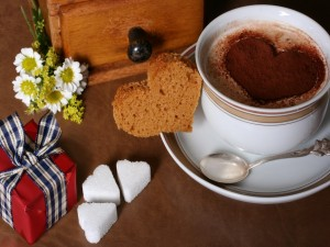 Postal: Taza de chocolate con corazones