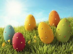 Postal: Huevos de Pascua coloreados en la hierba