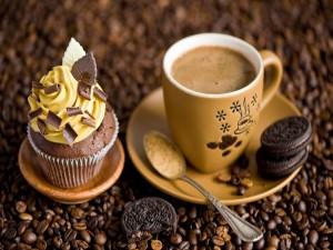Café, galletas oreo y un cupcake