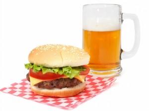 Hamburguesa y jarra de cerveza