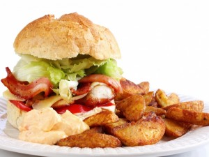 Postal: Hamburguesa de pollo y beicon con patatas fritas