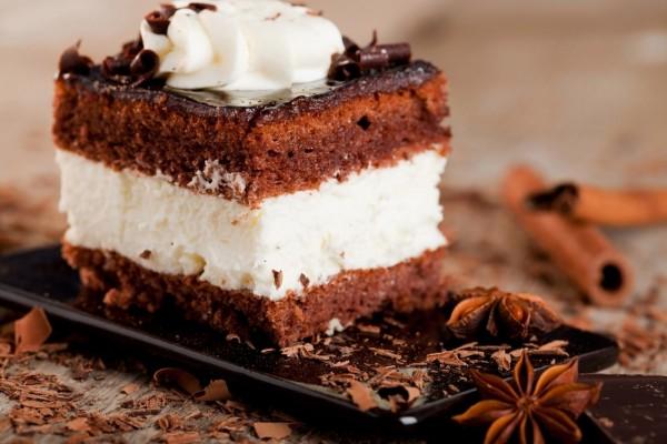 Pastel de chocolate y nata al aroma de canela