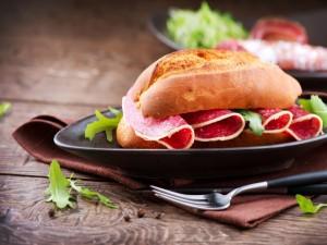 Bocadillo de salami y rúcula