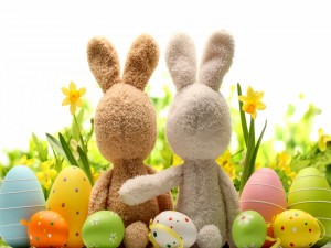Postal: Dos conejitos amigos, junto a huevos de Pascua