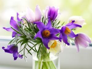 Postal: Hermosas florecillas en un jarrón