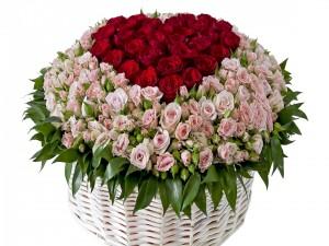 Cesta con rosas rojas y rosas
