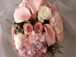 Elegante ramo con flores blancas y rosas