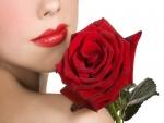 Unos rojos labios de mujer, junto a una rosa roja