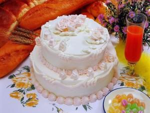 Postal: Torta decorada con detalles rosas y blancos