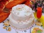 Torta decorada con detalles rosas y blancos