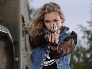 Mujer apuntando con un arma
