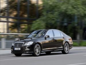 Coche Mercedes circulando por una carretera