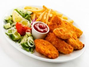 Pollo frito con ensalada de pepino y patatas fritas