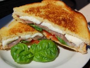 Postal: Sándwich mediterráneo de jamón y mozzarella