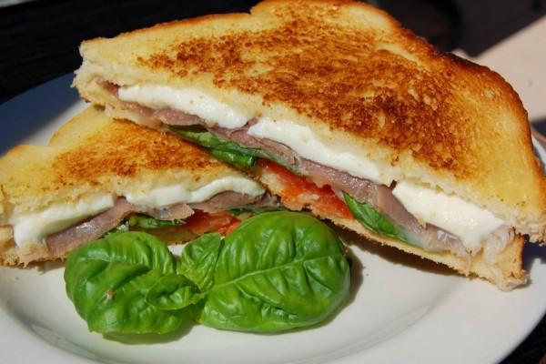 Sándwich mediterráneo de jamón y mozzarella