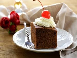 Postal: Pastel de chocolate con una guinda