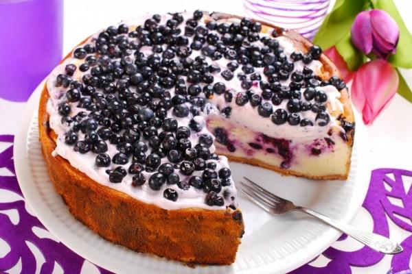 Una deliciosa tarta de queso con arándanos