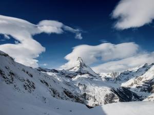 Postal: Montaña nevada y el cielo