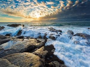 El agua del mar acariciando las rocas