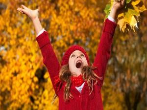 Postal: Niña feliz en otoño