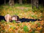 Mujer tendida sobre las hojas