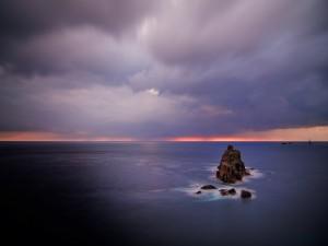 Postal: Rocas en el mar en calma