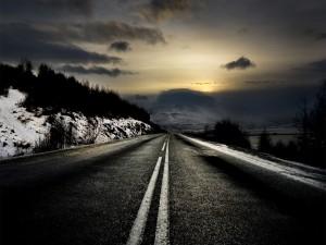 Carretera helada al anochecer