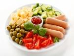 Plato con salchichas, queso, aceitunas y vegetales